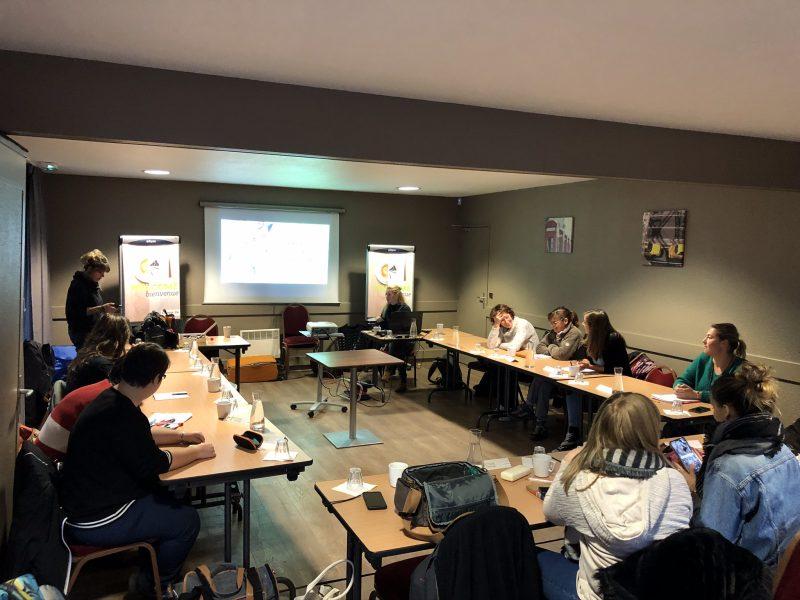 cours d'éducation canine et formation pour lutte contre la cynophobie proposé par Aurélie Frérou avec salle de conférence, étudiants et présentation sur écran